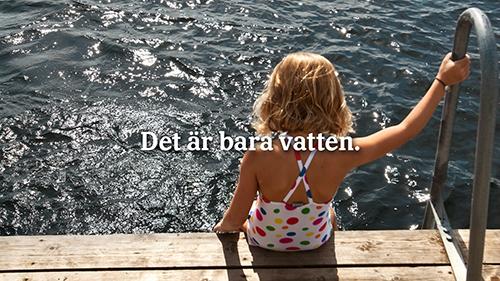 Bild på flicka som sitter på brygga med text: De är bara vatten